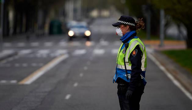 Agente de Policía Municipal, con mascarilla durante el estado de alarma.
