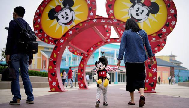 Visitantes de un parque Disney en Shanghai un día antes de su reapertura.