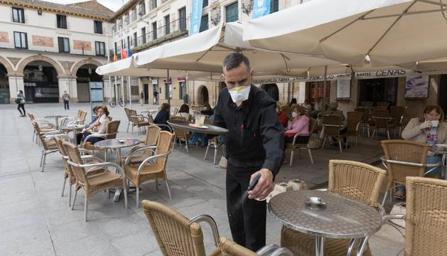 Rubén Torres desinfecta un velador del Quei Plaza.