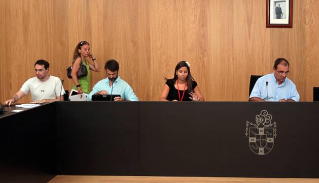 Tres de los investigados en el caso. De pie, Carolina Potaú. En el centro, Estefanía Clavero, y a la derecha, José A. Andía. También en la imagen, Javier Marquínez, actual edil de Navarra Suma.