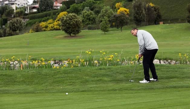 El golf permite jugar al aire libre y con la distancia de seguridad.