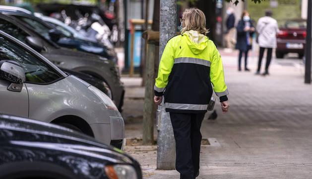 Una trabajadora de Dornier revisa los vehículos de la zona azul.