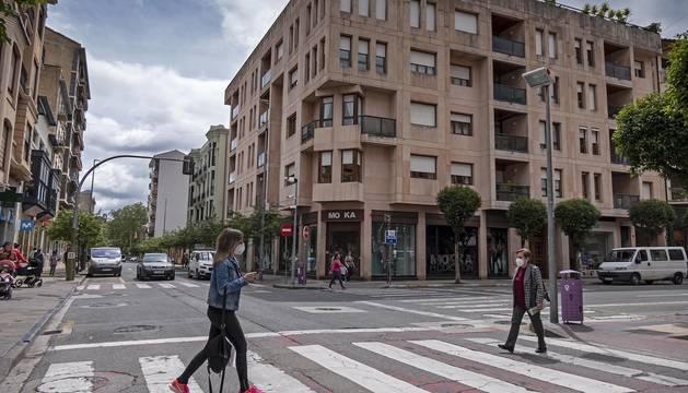 Cruce de la calle San Andrés con el paseo de la Inmaculada de Estella,  un entorno en el que se ganará espacio peatonal.