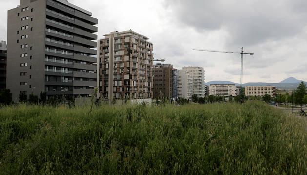 En primer plano algunas de las parcelas de uso terciario en la avenida Juan Pablo II.