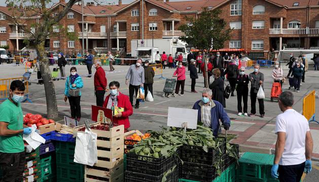 Panorámica de la plaza del mercadillo de Barañáin desde uno de los seis puestos de verdura. Con zonas de espera en cada uno de los puntos de venta.