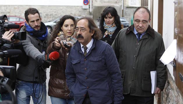 Javier Asáin, en el centro de la imagen, atiende a los medios de comunicación tras acompañar a Andía, derecha, en una declaración en Aoiz.