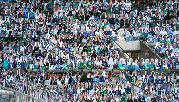 Gradas del estadio del Borussia Monchengladbach con montaje de cartón de los aficionados en los asientos.