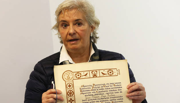 Izaskun Arratibel muestra un diploma de Príncipe de Viana de los años 50 en una imagen anterior.