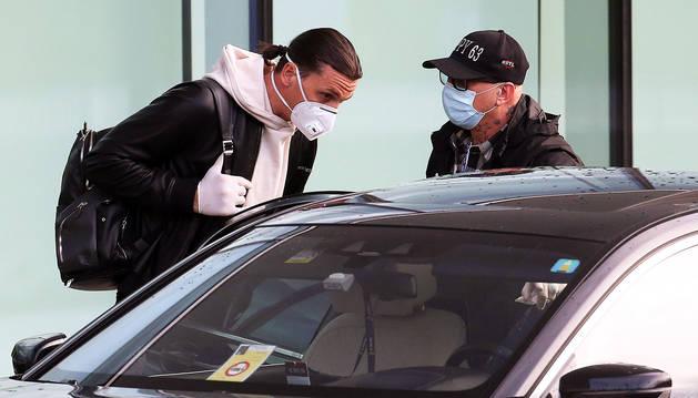 El sueco del Milán, Zlatan Ibrahimovic, llega al aeropuerto de Malpensa cubierto con una mascarilla en el regreso a los entrenamientos en Italia,.