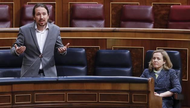 Foto de Pablo Iglesias en el Congreso y de la vicepresidenta económica Nadia Calviño.