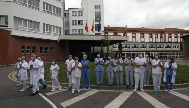 Sanitarios, en las puertas del CHN, homenajean a los médicos fallecidos por coronavirus.
