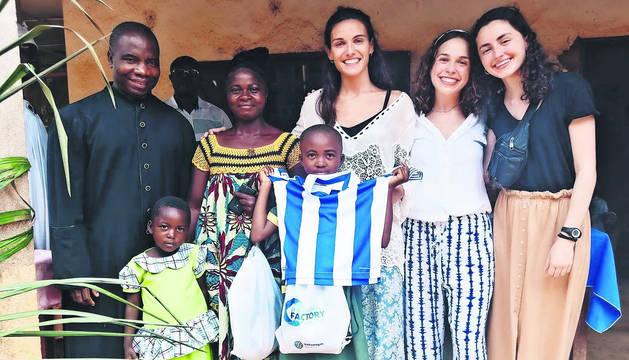 El sacerdote Lucas Ounambele, con personas del centro que atiende en Obala, en Camerún, y con voluntarias.