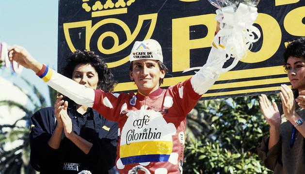 'Lucho' Herrera con el maillot de la montaña tras la etapa del 7 de mayo de 1987 entre Ferrol y La Coruña.