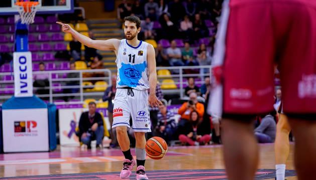 foto de El base navarro Mikel Úriz marca la jugada en la final de la Copa Princesa, título que su equipo, el Delteco Gipuzkoa Basket, ganó esta temporada.