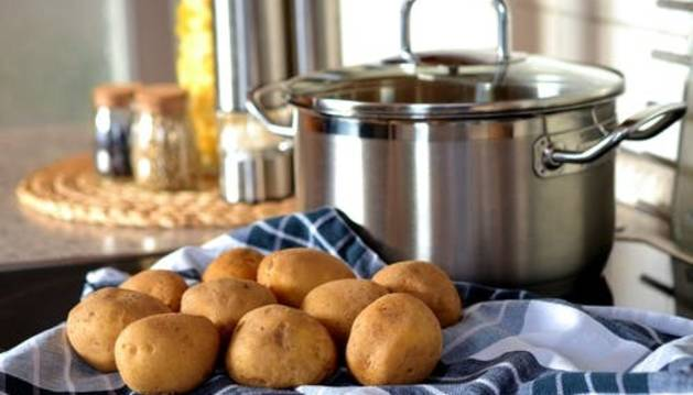 Patatas a la importancia con gamba roja, la última receta viral de Chicote
