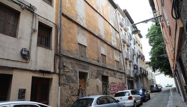 foto de La fachada del edificio de la calle Dos de Mayo, con todos los huecos tapiados desde hace tiempo.