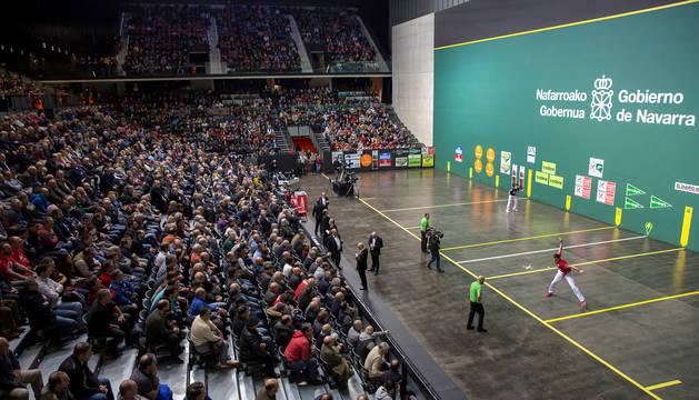 foto de Joseba Ezkurdia y Jokin Altuna, en la última final del Cuatro y Medio que se jugó en el Navarra Arena.