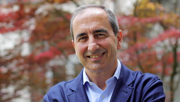 Sánchez-Tabernero sonríe en el patio del edificio Central. Durante semanas, el rector era una de las únicas diez personas en todo el campus.
