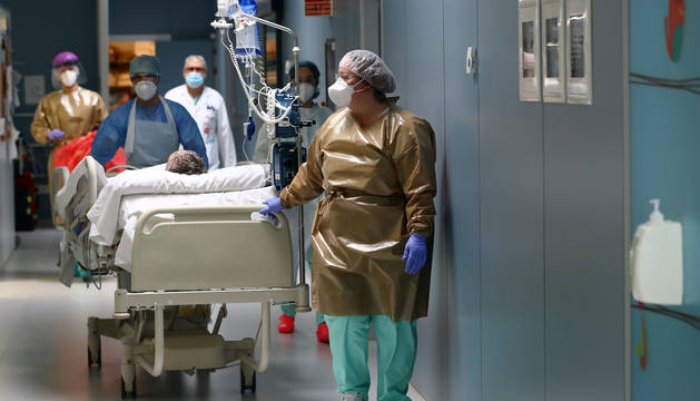 Personal sanitario en la UCI del Complejo Hospitalario durante la crisis del coronavirus.