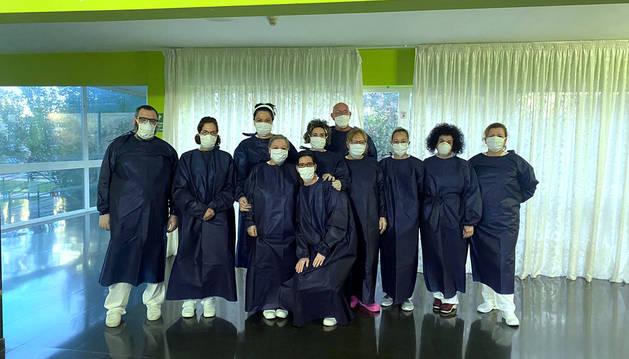 Personal de la residencia de Cintruénigo, con batas realizadas por las voluntarias riberas.