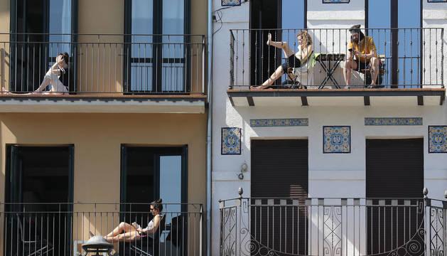 Foto de vecinos en balcones de la Plaza del Castillo durante el confinamiento.