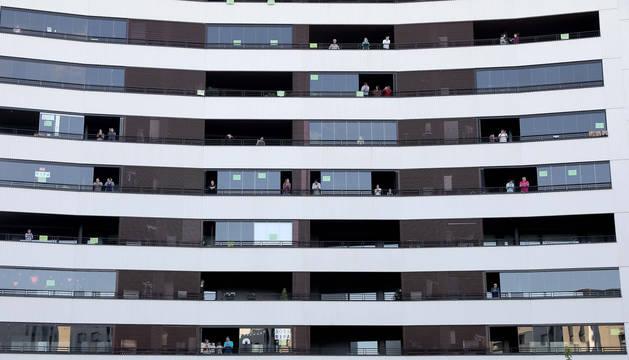 foto de Aplausos colectivos desde los balcones de un edificio de Ripagaina