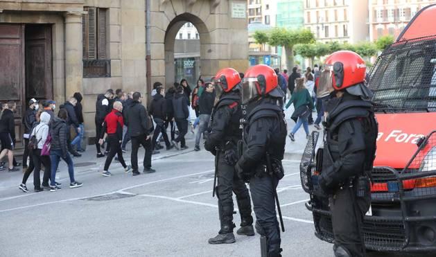 La concentración en apoyo al preso de ETA Patxi Ruiz ha contado con la presencia de un fuerte dispositivo policial