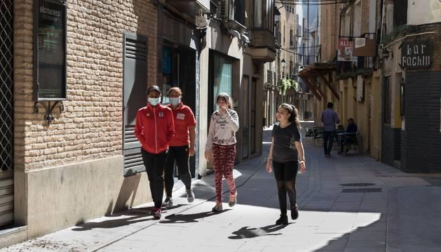 Varias personas caminan por el centro de Corella.