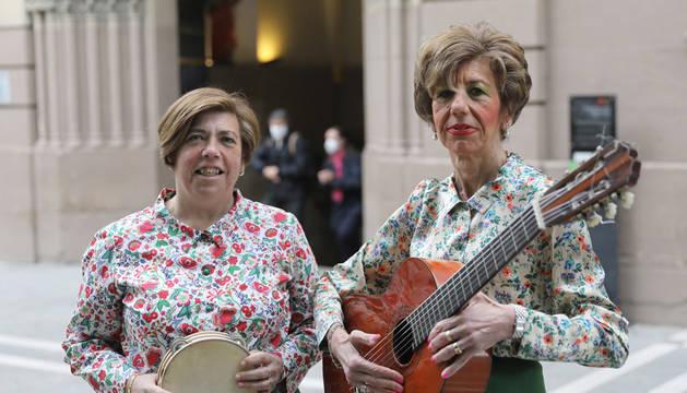 Las hermanas Ana Mari y Elena Leache Echalecu, del grupo jotero Gracia Navarra, a las puertas de San Lorenzo.