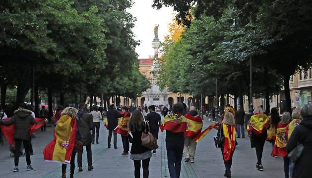 Foto de grupo de personas durante la cacerolada de este lunes en Pamplona.