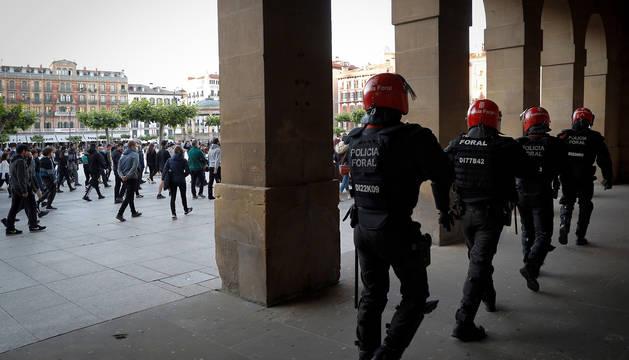 Agentes de la Policía Foral vigilan durante la concentración de apoyo al preso de ETA Patxi Ruiz.