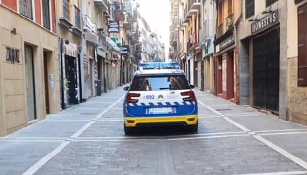 Imagen de un coche de la Policía Municipal, en una calle del Casco Viejo.