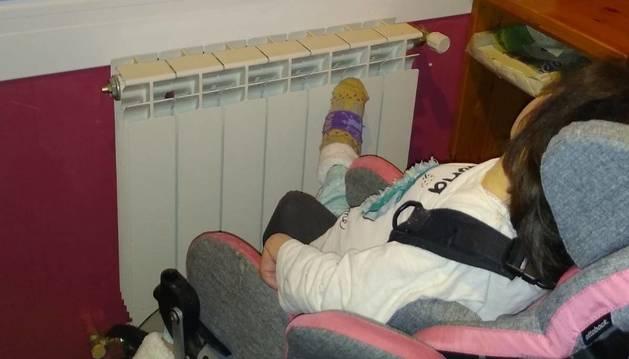Aiora Amezketa Zabalbeaskoa, de 6 años, en su casa de Estella.