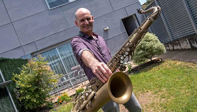 Foto de Fernando Sánchez, el saxofonista que estrenó el nuevo programa cultural online de Estella.