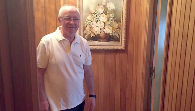 Alejo Sandoval, de 71 años, en el pasillo de su casa de Barañáin.