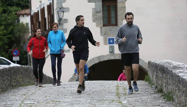 Corredores y paseantes coinciden en el puente de la Trinidad de Arre, en el límite con Villava.