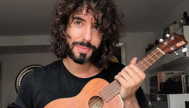 foto de El cantante Mikel Izal, en su casa durante el confinamiento