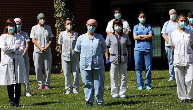 Sanitarios durante unos minutos de silencio, a principios de mayo, en el Complejo Hospitalario de Navarra.