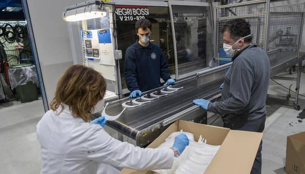 Imagen de la línea de fabricación de viseras para las pantallas protectoras de Mecacontrol Cascante.