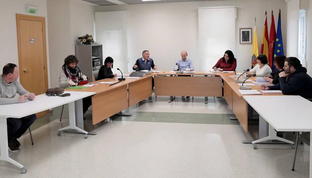 Imagen del pleno celebrado en marzo, ya en situación de alarma. Ayer tomó posesión el edil del PSN, que sustituye a Erika Pérez.