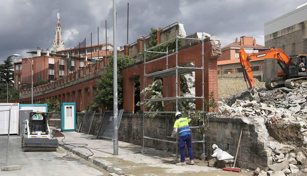 Obras de derribo del muro de los Paules en la calle Gayarre.