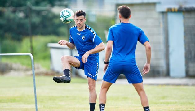 Arnaiz golpea el balón junto a Roberto Torres, este jueves 21 de mayo en un ejercicio de fútbol tenis.