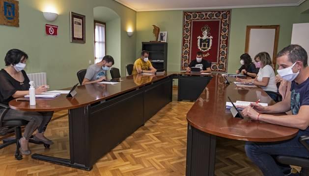Los concejales de Arróniz guardan la distancia de seguridad durante el pleno urgente del jueves.