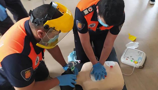 Los voluntarios de Protección Civil de Berrioplano, formándose en las nuevas recomendaciones.