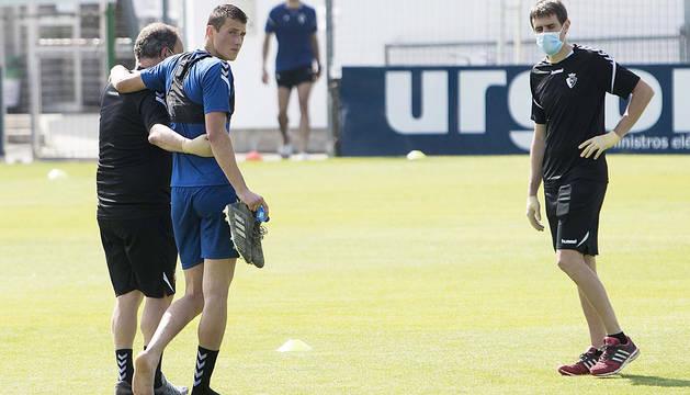 Jorge Herrando se retira descalzo tras sufrir la lesión en el entrenamiento en Tajonar.