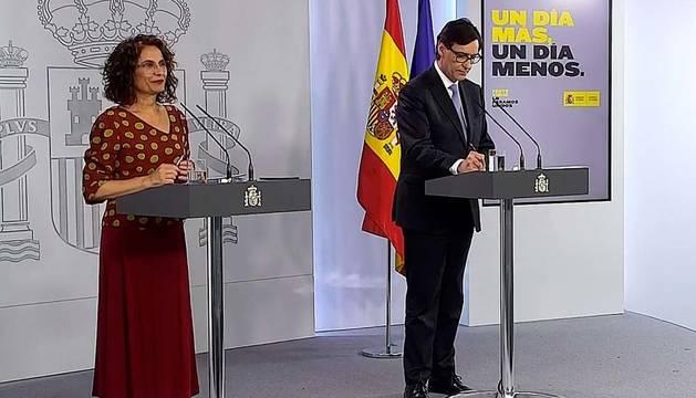 María Jesús Montero (i) y Salvador Illa (d), durante la rueda de prensa tras el Consejo de Ministros este viernes en el Palacio de la Moncloa.