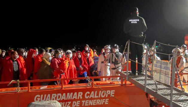 Llegan a Motril los 65 inmigrantes rescatados en cinco pateras en Alborán