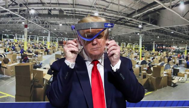 El presidente Donald Trump, durante una visita a una fábrica de Ford en Míchigan.