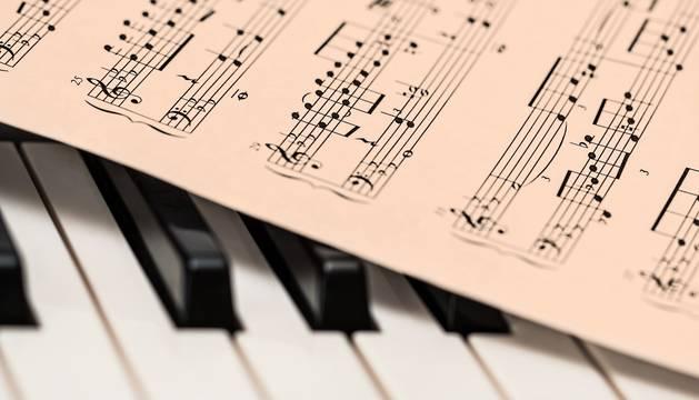 Imagen de una partitura sobre un piano.