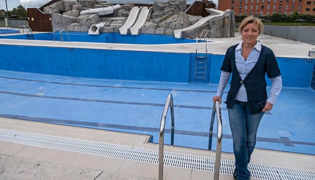 Nuria Ruiz, gerente de Gesport, en la piscina exterior de la Ciudad Deportiva de Artica, a falta del llenado tras la limpieza y desinfección.